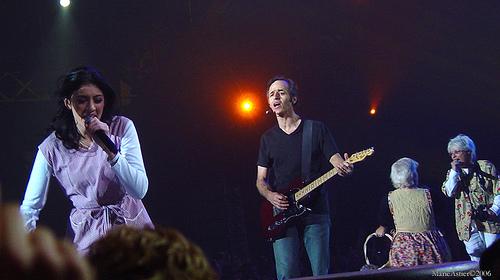 Le sosie de J. J. Goldman lors d'un concert des Enfoirés  Crédit photo ; Marie Astier via Flikr